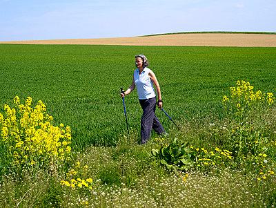 Zwei Frauen beim Nordic Walking  - p6430225f von senior images RF