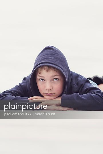 Boy in a hoody - p1323m1589177 von Sarah Toure