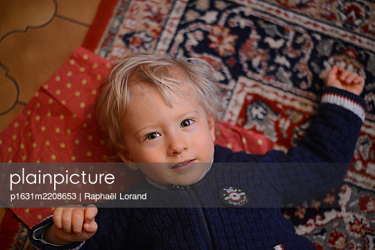 Child looking at camera - p1631m2208653 by Raphaël Lorand