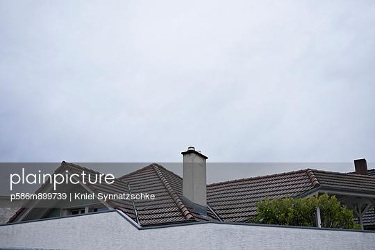 Eigenheime hinter Mauern - p586m899739 von Kniel Synnatzschke