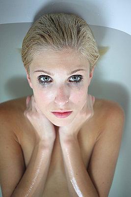 Weinend in Badewanne - p045m934839 von Jasmin Sander