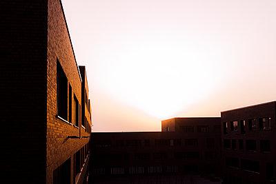 Gebäude im Sonnenuntergang - p1611m2196307 von Bernd Lucka