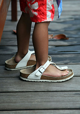 Kid wearing adult shoes - p664m900894 by Yom Lam