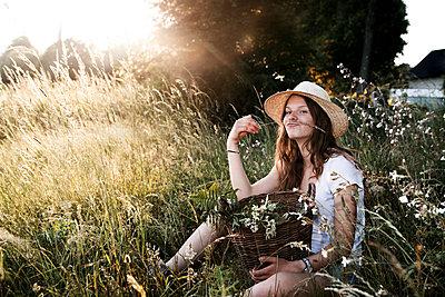 Spaß in Wildblumenwiese - p1348m1586559 von HANDKE + NEU