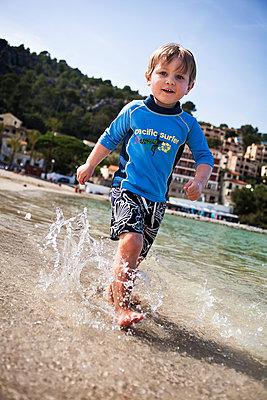 Kind am Strand - p1386m1452242 von Lindqvist