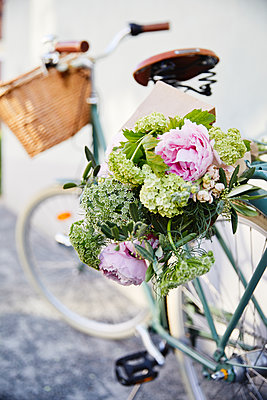 Bouquet of flowers on bicycle - p312m1499096 by Lina Arvidsson