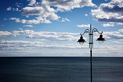 Laterne und Meer - p415m1057731 von Tanja Luther