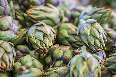 Pile of artichokes, full frame, close-up - p429m1047146 by ROBERTO PERI