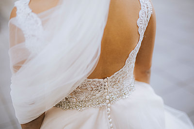 Bride wearing wedding dress, rear view - p680m2176422 by Stella Mai