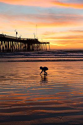 Boy on the beach - p756m2087320 by Bénédicte Lassalle