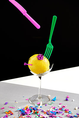 Confetti, lemon and plastic cutlery - p962m1217143 by Robert Schlossnickel