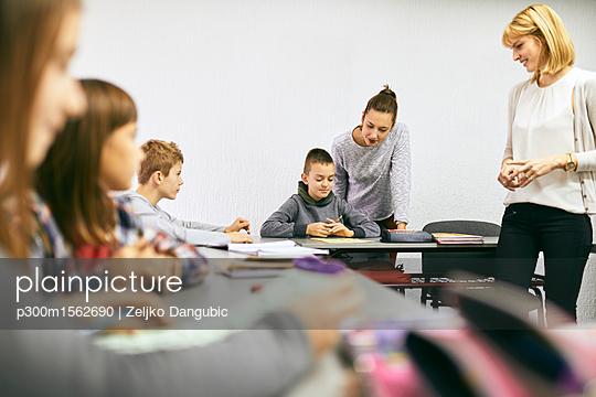 plainpicture - plainpicture p300m1562690 - Teachers with students in c... - plainpicture/Westend61/Zeljko Dangubic
