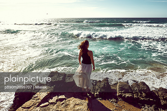 Spain, Woman looking at sea - p890m2099707 by Mielek