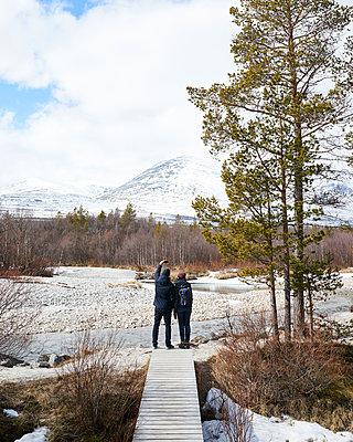 Paar macht Selfie an einem Fluss in Norwegen - p1124m1133116 von Willing-Holtz