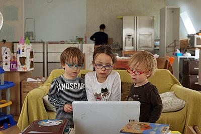 Kinder vor einem Laptop - p445m791269 von Marie Docher