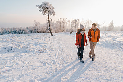 Young couple wearing winter clothing in snowy landscape - p586m2005096 by Kniel Synnatzschke