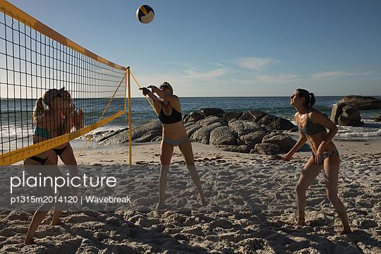plainpicture - plainpicture p1315m2014120 - Female volleyball players p... - plainpicture/Wavebreak