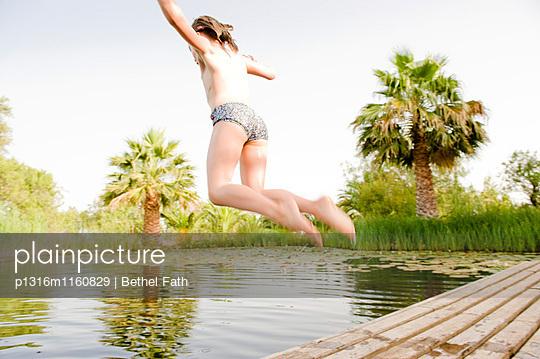 Kind springt in einen Teich, Algarve, Portugal - p1316m1160829 von Bethel Fath