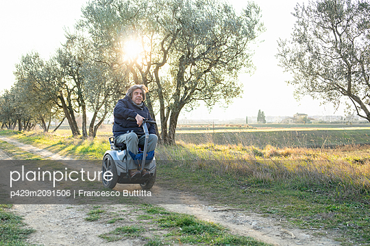 Man on wheels enjoying countryside - p429m2091506 by Francesco Buttitta