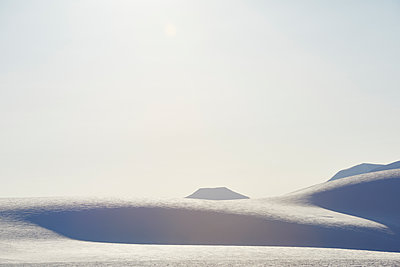 Winter landscape in SvalbardSpitzbergen - p1203m1189792 by Bernd Schumacher