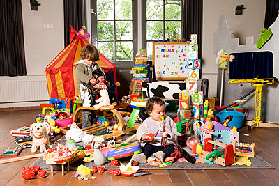 Children with a huge amount of toys - p1231m1043109 by Iris Loonen