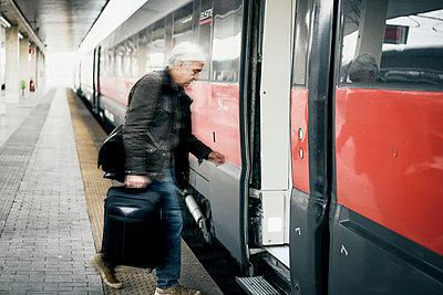 Mann Koffer Zug Einstieg - p1312m2020085 von Axel Killian