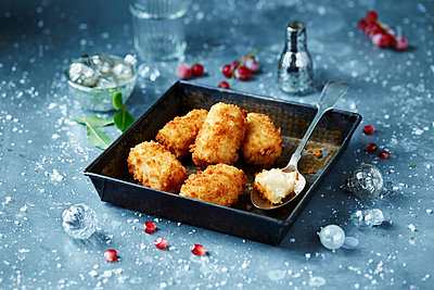 Potato croquettes in roasting tin, seasonal christmas food - p429m2068662 by Danielle Wood