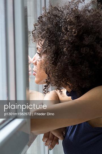 Junge Frau am Fenster - p1301m1582972 von Delia Baum