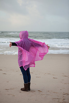 Frau im Regencape - p045m1200338 von Jasmin Sander