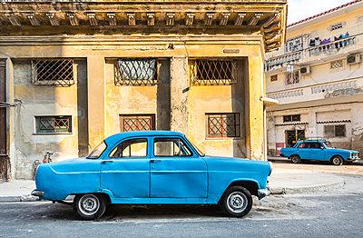 Parked blue vintage car, Havana, Cuba - p300m2114286 by hsimages