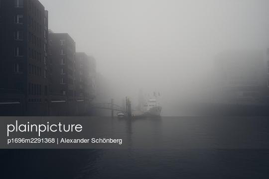 Hafen im Nebel - p1696m2291368 von Alexander Schönberg