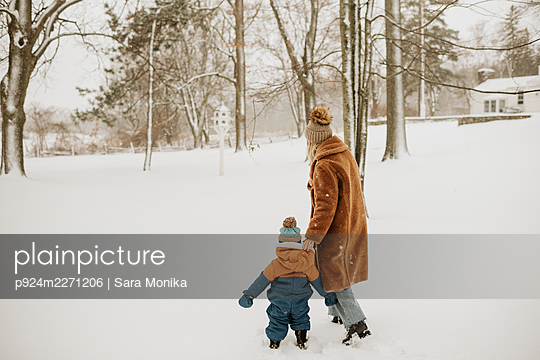 Canada, Ontario, Mother and baby boy (12-17 months) on winter walk - p924m2271206 by Sara Monika