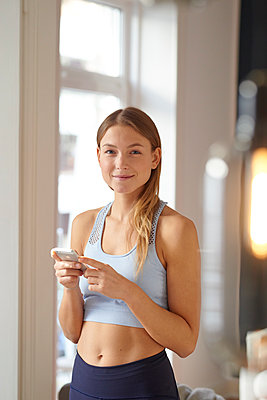 Young woman using smartphone - p1124m1589416 by Willing-Holtz
