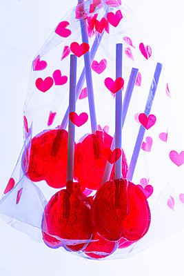 Heartshaped lollipops in transparent bag - p1149m2192766 by Yvonne Röder