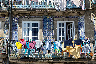 Portugues washing line - p1291m1548076 by Marcus Bastel