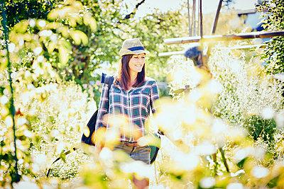 Frau im Garten freut sich - p1312m1176975 von Axel Killian