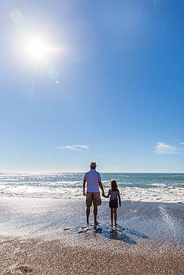 Vater und Tocher am Meer - p756m1181606 von Bénédicte Lassalle