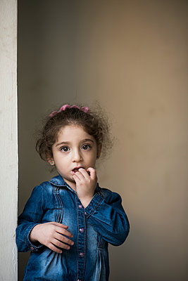 Worried little girl looking at camera  - p794m2031097 by Mohamad Itani