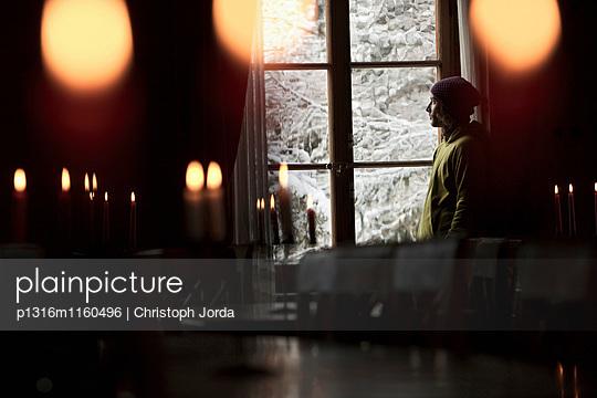 Mann sieht aus dem Fenster einer Herberge, Chandolin, Anniviers, Wallis, Schweiz - p1316m1160496 von Christoph Jorda