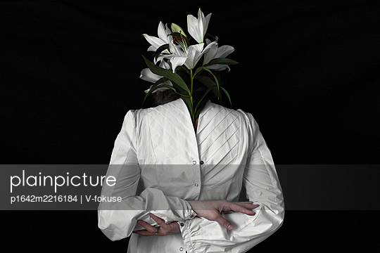 Art portrait with white lily - p1642m2216184 by V-fokuse