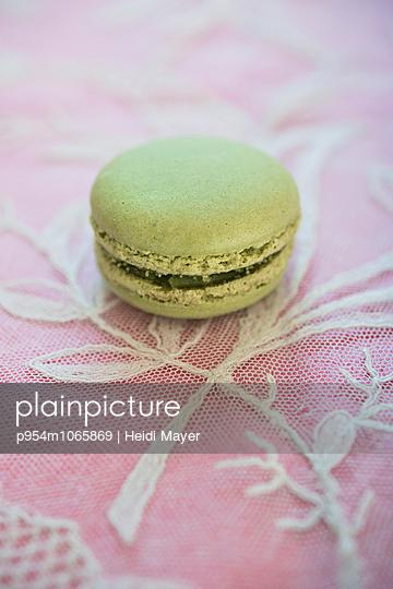 Macaron - p954m1065869 von Heidi Mayer