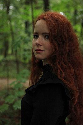 Rothaariges Mädchen im Wald - p045m1172412 von Jasmin Sander