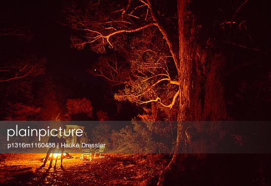 Allrad-Wohnmobil, Toyota 4WD, Lagerfeuer im Grampians National Park, Victoria, New South Wales, Australien - p1316m1160488 von Hauke Dressler