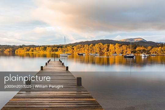 United Kingdom, England, Cumbria, Lake District, Windermere lake boardwalk, view at sunrise - p300m2013225 by William Perugini