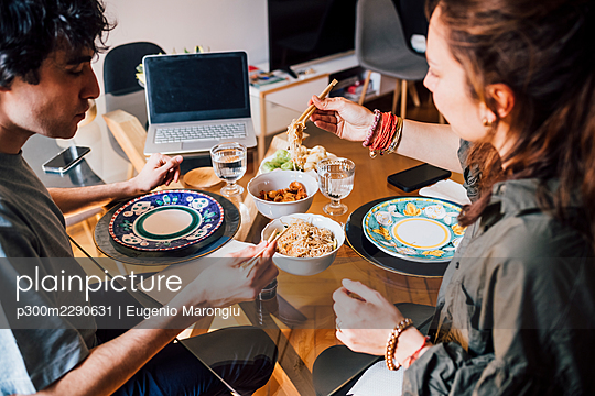 Couple having lunch together at home - p300m2290631 by Eugenio Marongiu