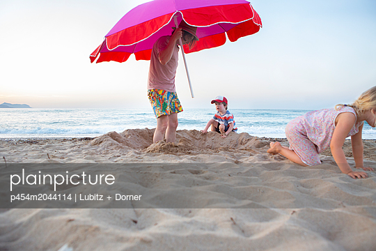 Beach holidays with family - p454m2044114 by Lubitz + Dorner