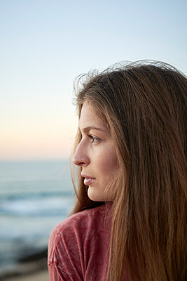 Brown-haired woman looking at sea - p1124m1503667 by Willing-Holtz