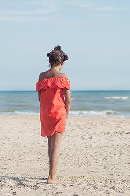 Girl standing on the beach - p1323m2015162 von Sarah Toure