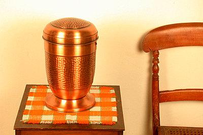 Urne auf Tisch - p1650245df von Andrea Schoenrock