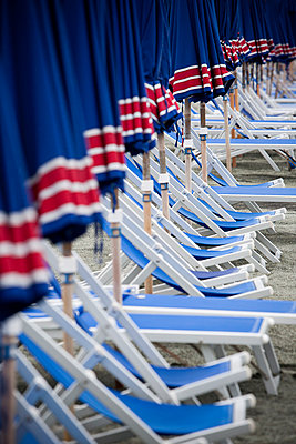 Liegestühle und Sonnenschirme am Strand - p979m1036158 von Andreas Pufal
